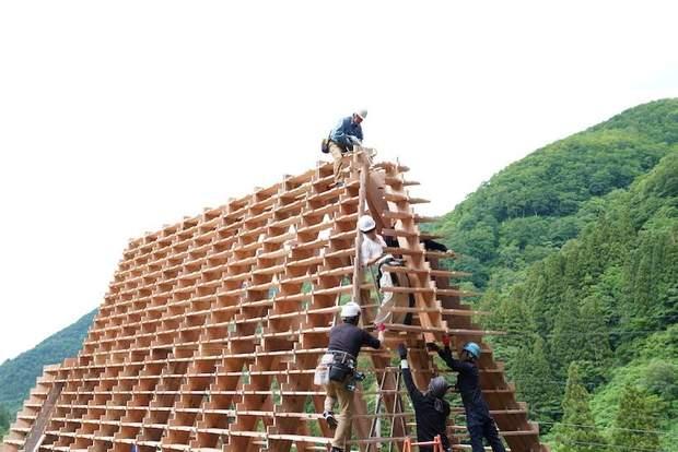 Тысячу окон: в Японии построили треугольный пансионат из пиломатериалов – фото