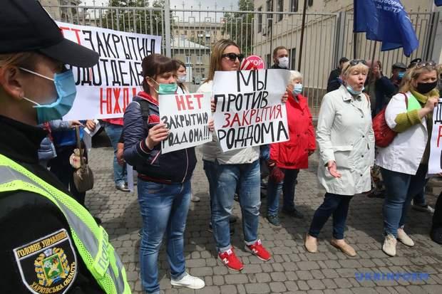 В Харькове голову ОПЗЖ облили зеленкой во время протеста медиков: фото, видео