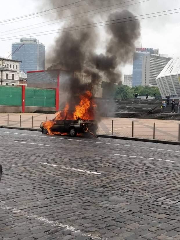 В центре Киева внезапно сгорела машина: фото, видео