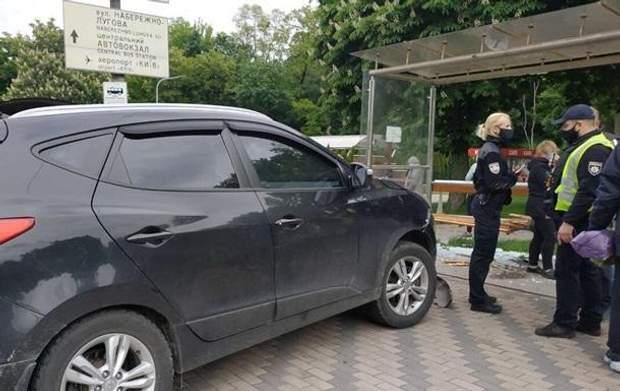 В Киеве авто на скорости влетело в остановку, есть пострадавший: фото