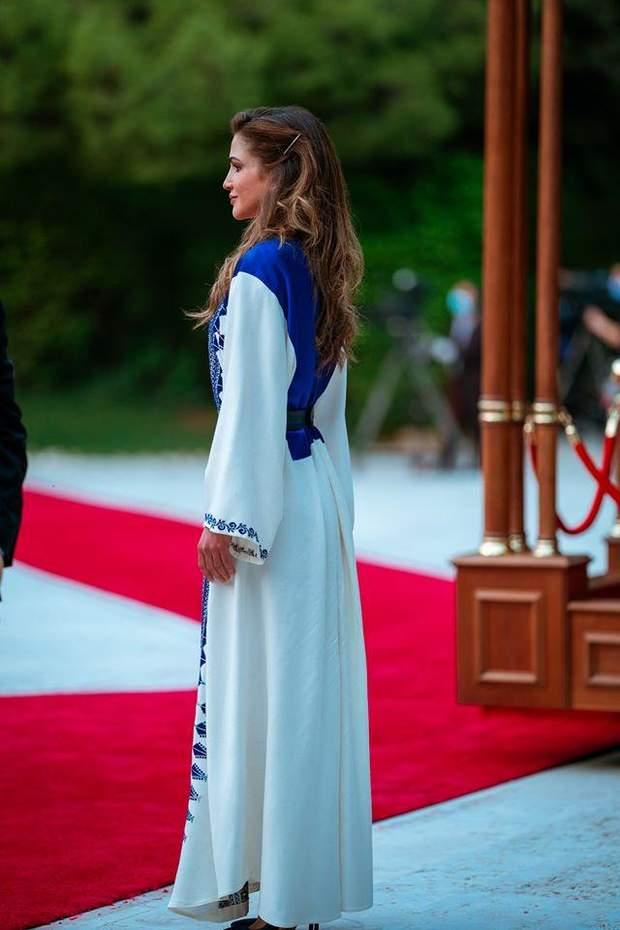 Королева Йорданії у вишитій сукні