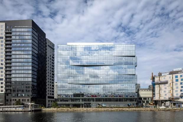 Фасад будівлі повністю складається зі скла / фото: Archdaily