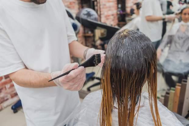 Можно ли мыть волосы перед окрашиванием: полезное объяснение