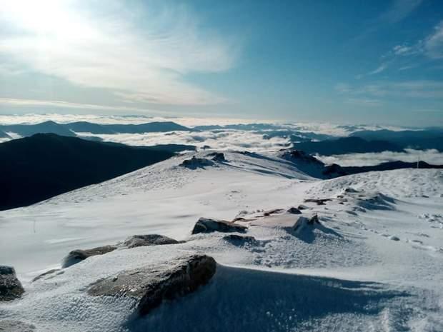 В Карпатах в первые дни лета насыпало до 40 сантиметров снега: невероятные фото, видео