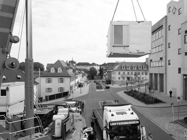 Процес транспортування та монтажу готелю / фото: Archdaily