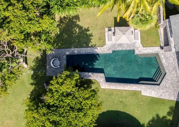 На території будинку великий басейн / Фото Archdaily