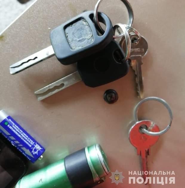 Обрали авто з відчиненими дверима та ключами