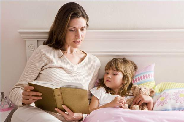 Читайте дитині книжку в її ліжечку