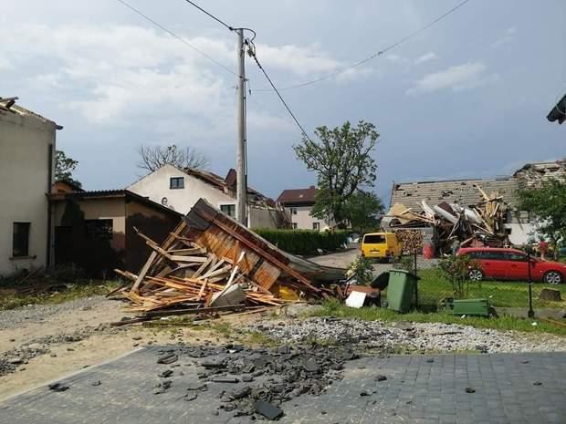 Польшу накрыла мощная непогода: ветер срывал крыши и ломал деревья, есть пострадавшая – видео