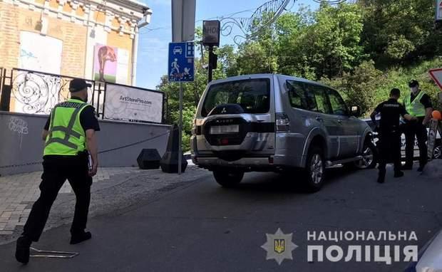 В Киеве пьяный юноша угнал авто иностранного посла, устроил ДТП и был задержан: фото