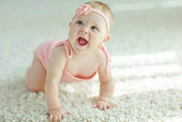 Дитина починає повзати з 7-10 місяців