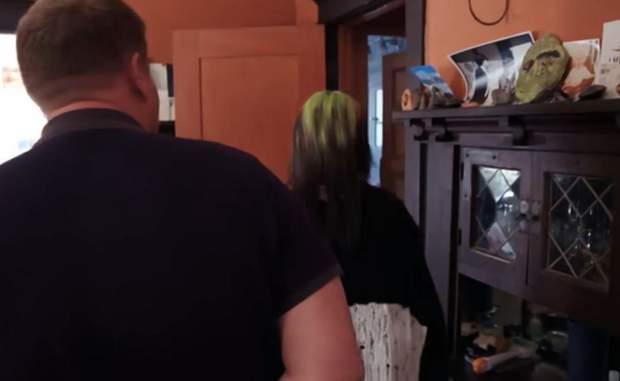 Билли Айлиш показывает свою гостиную / Скриншот: The Sun