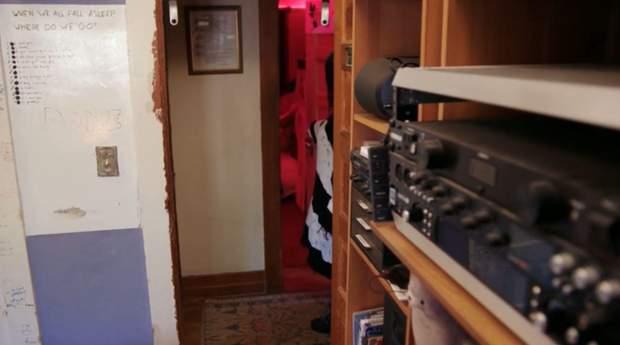 Студия звукозаписи расположена в комнаты брата Билли Айлиш / Скриншот The Sun