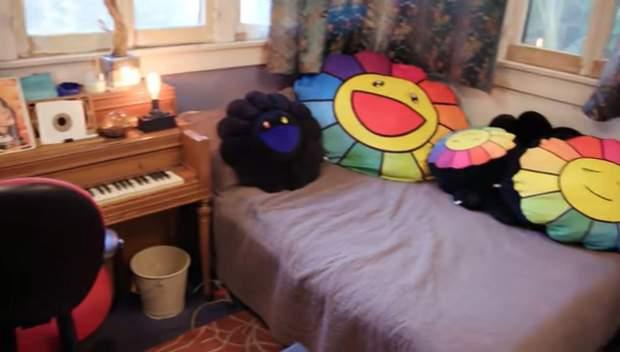 Именно в этой комнате Билли Айлиш записывает песни / Скриншот The Sun