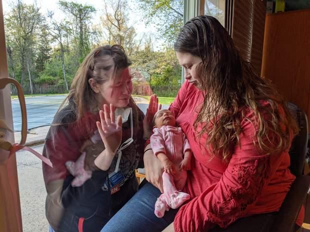 Зустріч сестер після народження дитини