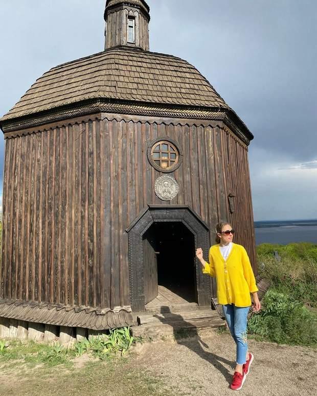 Катя Осадчая позировала возле деревянной часовни и рассказала, где будет отдыхать этим летом