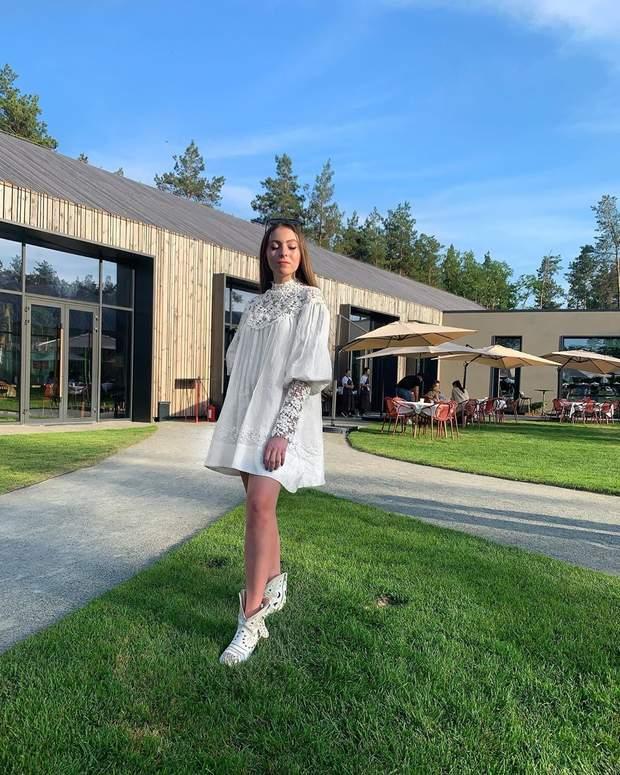 В белом платье с кружевом: дочь Поляковой показала образ на выпускной