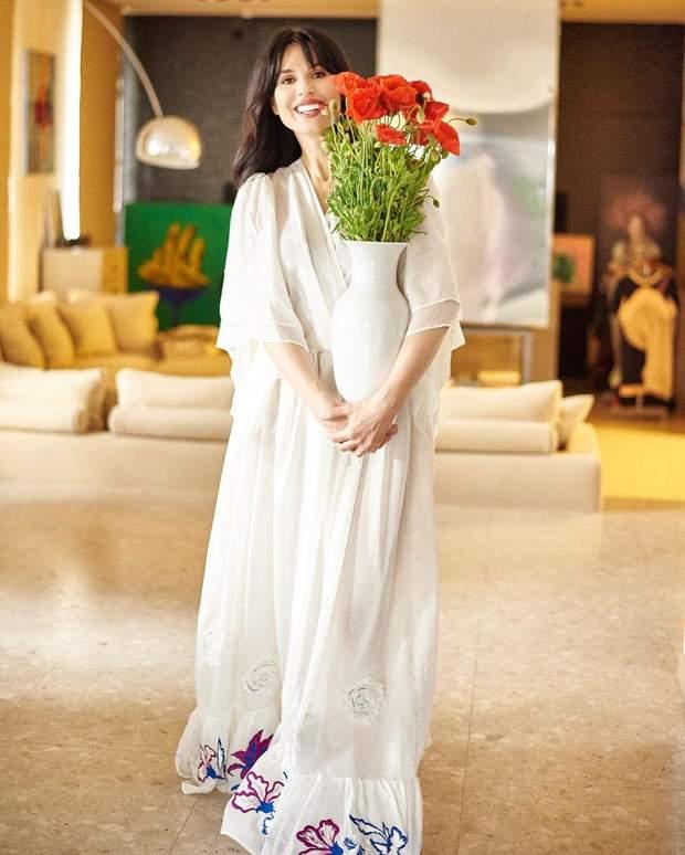 В длинном белом платье и с маками в руках: Маша Ефросинина очаровала сеть летним образом