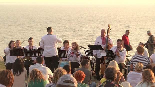 Аранжировка мелодии группы 'Скрябин': оркестр впечатляюще выступил на Херсонщине