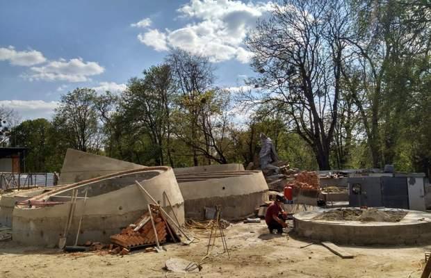 Будівельні роботи станом на кінець квітня. Через засклені чаші-кола можна буде побачити стару кладку і частину експозиції