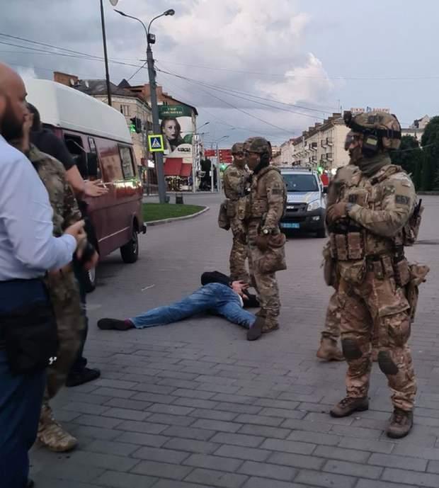 В Луцке провели штурм захваченного автобуса: террориста задержали