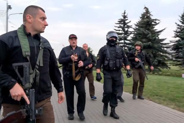 Лукашенко с автоматом