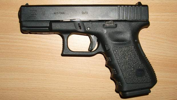 Заряженный пистолет в самолете: об инциденте, который произошел во время полета в Британию
