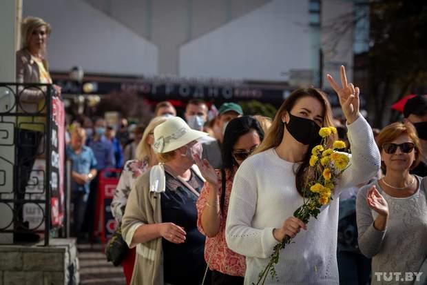 протесты в Бларуси женщины с цветами