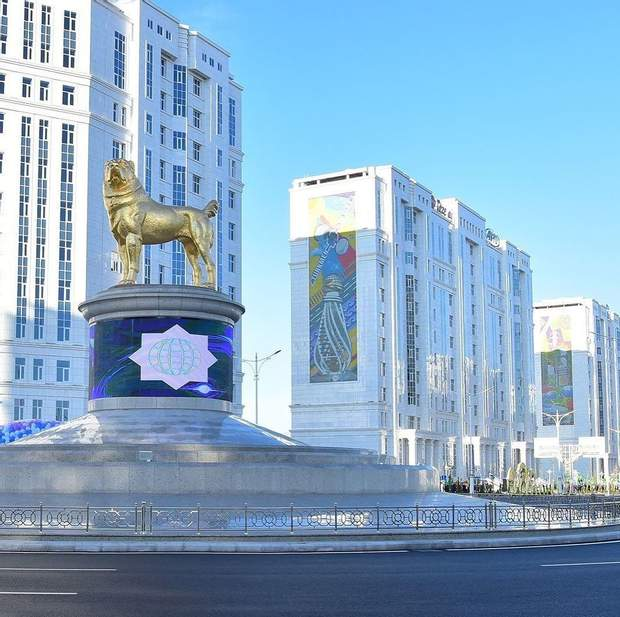пам'ятник алабаю в Туркменістані