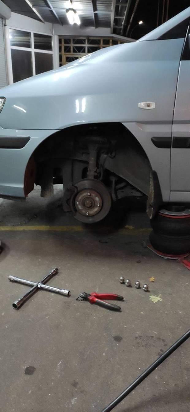 спостерігачам пошкодили автомобіль