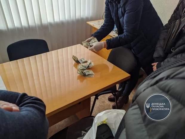 на хабарі зловили чиновника з Донеччини