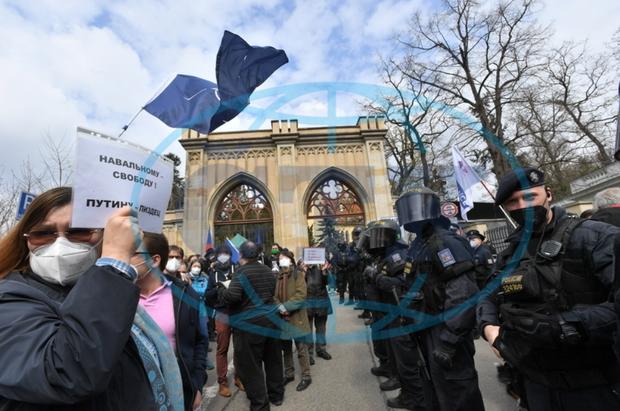протест под посольством России