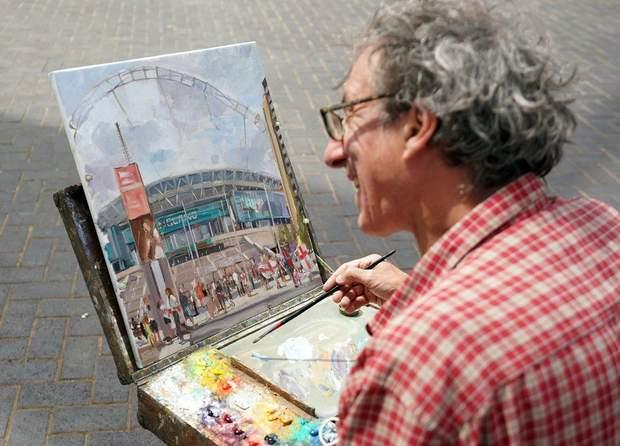 Художник малює, що відбувається біля стадіону в Лондоні