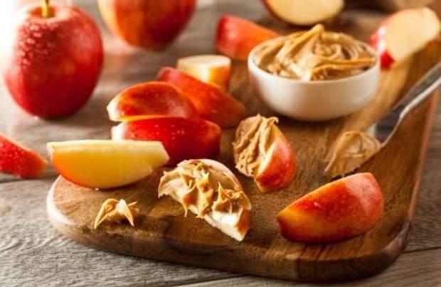 Яблучні скибки з арахісовим маслом
