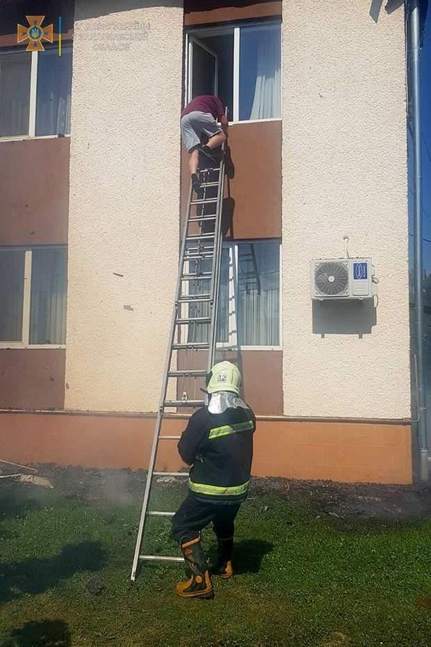 Рятувальник гасять пожежу