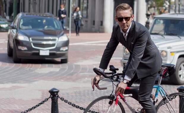 велосипедист у костюмі