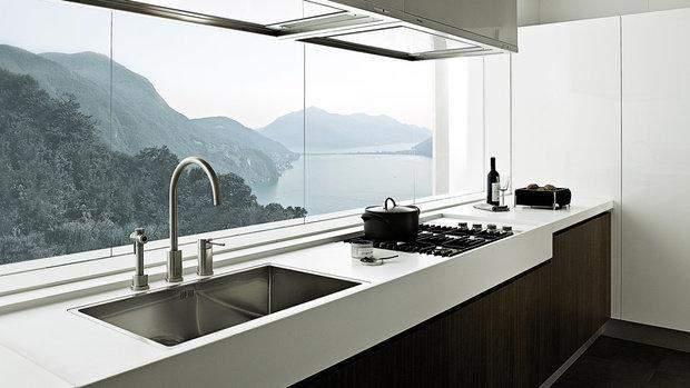 Мийки біля вікна можна часто побачити на красивих картинках