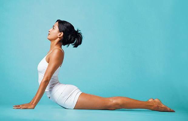 В позе кобры старайтесь поддерживать корпус с помощью мышц спины