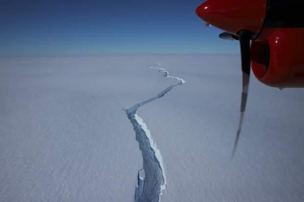 Розлом на шельфовому льодовику Бранта