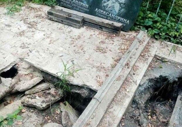 У Дніпрі розмило могили на кладовищі