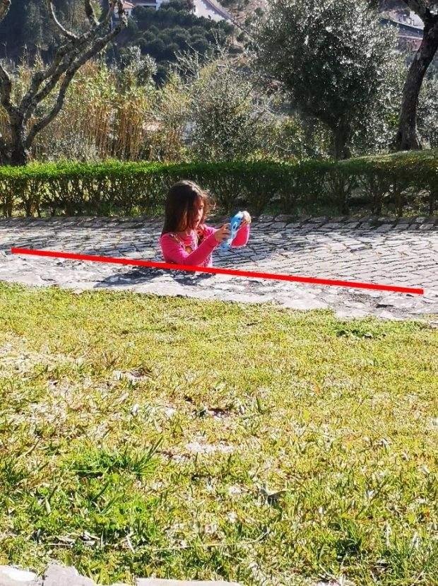 Мережу спантеличила фотографія дівчинки, яка застрягла на тротуарі