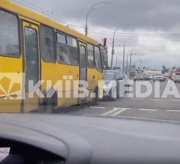 Троєщина, Київ, маршрутка заблокувала рух, маршрутка на зустрічці