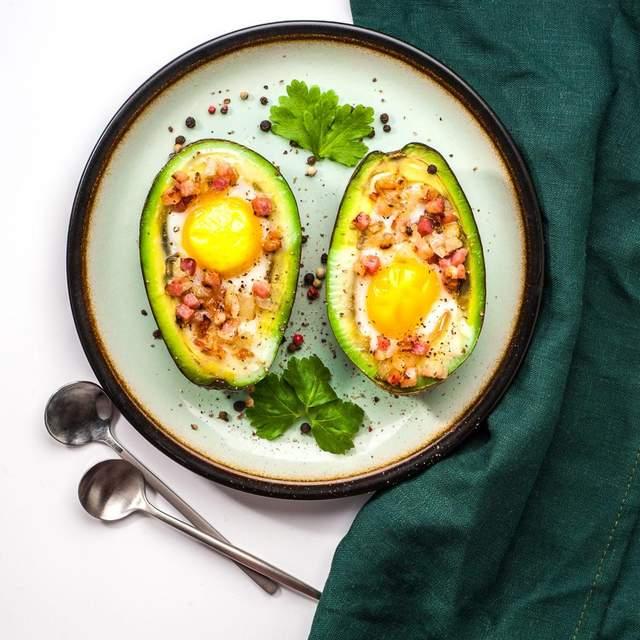 Яйце в авокадо