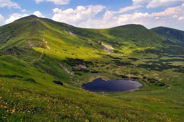 Озеро Несамовите у підніжжі гори Туркул