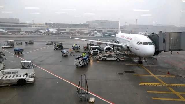 Из-за мощного снегопада отменили сотни авиарейсов в Европе