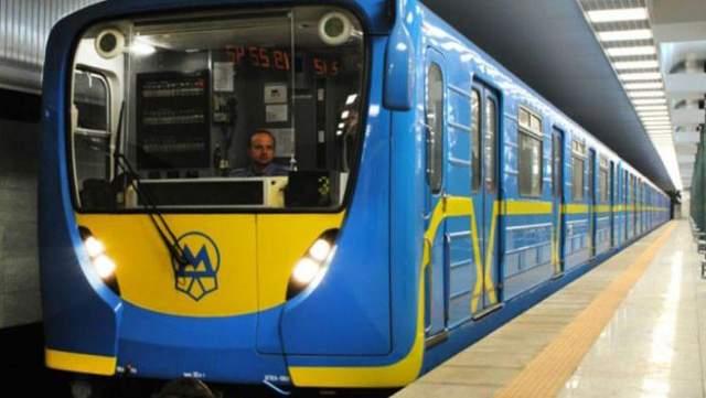 Голый мужчина пытался украсть поезд метро в Киеве: курьезные видео (18+)
