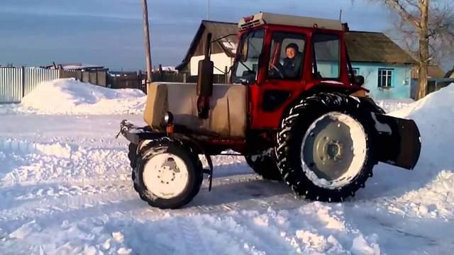 Пьяный мужчина украл трактор, чтобы почистить улицы от снега