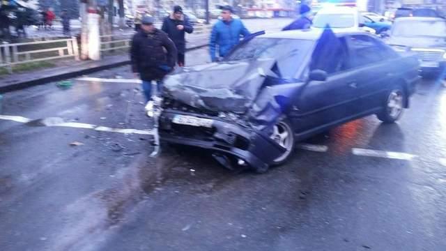 Женщина вылетела через окно и погибла под колесами автомобиля в Херсоне: фото, видео (18+)