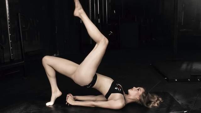 Модель Victoria's Secret показала, как занимается йогой в нижнем белье: пикантное видео