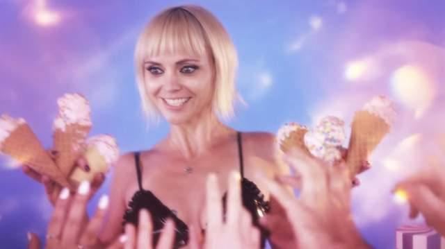 Американская актриса стала продавцом мороженого в пикантном белье в Love Magazine: видео